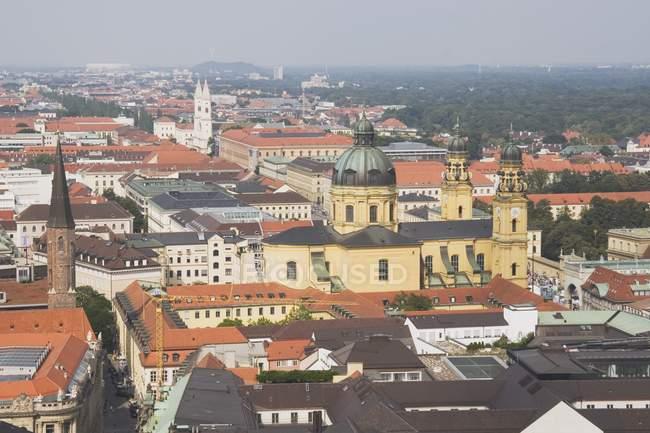 Theaterkirche in der Ferne — Stockfoto