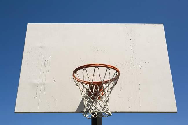 Вид на баскетбольное кольцо — стоковое фото