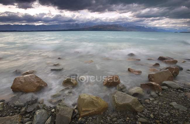 Lac Pukaki avec des pierres — Photo de stock