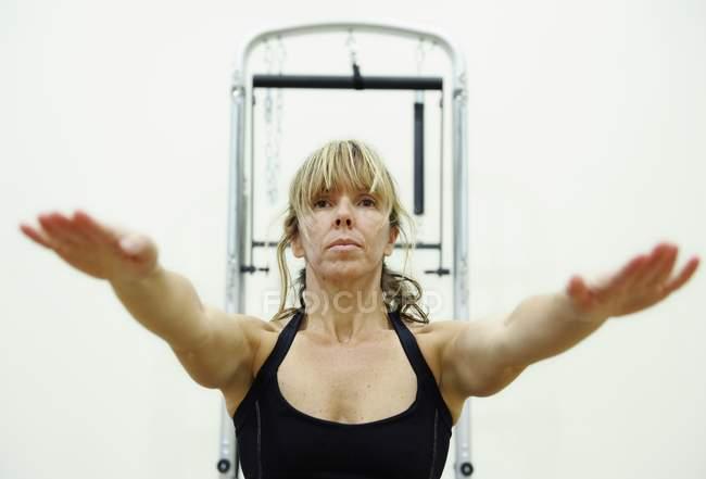 Vue de face de femme mûre faisant de l'exercice au gymnase — Photo de stock