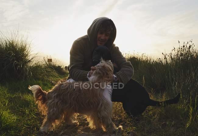 Homem com dois cães — Fotografia de Stock