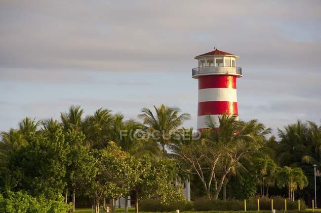 Червоний та білий смугастий башта — стокове фото