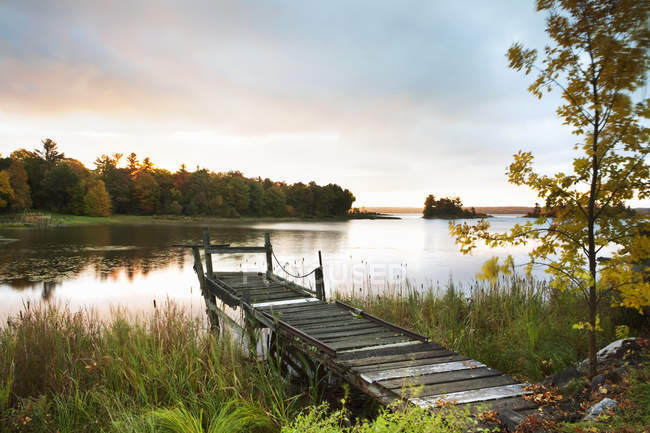 Док на озере на восходе солнца — стоковое фото