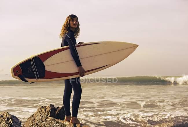 Jovem com prancha de surf na praia. Tarifa, Cádiz, Andaluzia, Espanha — Fotografia de Stock