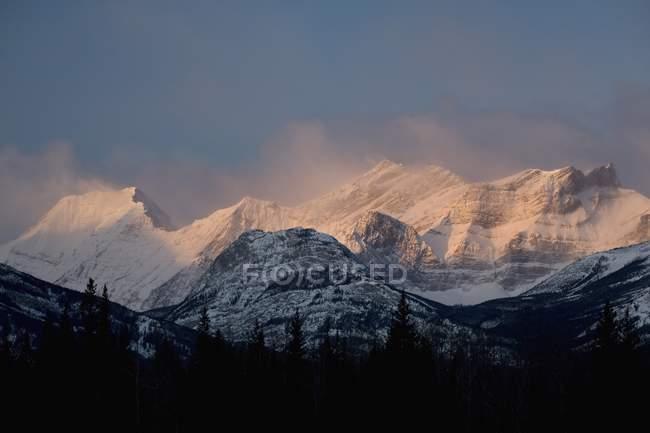Сніг накривав гірський хребет — стокове фото