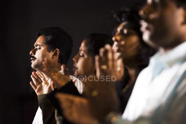 Grupo indio de personas rezando en la iglesia - foto de stock