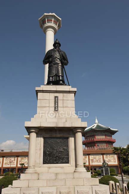 Torre di Busan e statua dell'ammiraglio — Foto stock