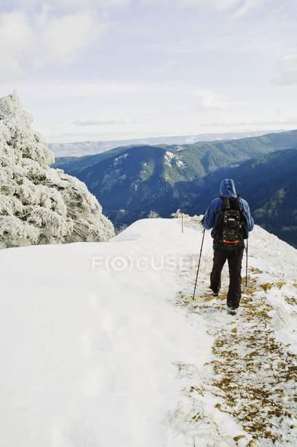 Escursionista a piedi sul sentiero — Foto stock