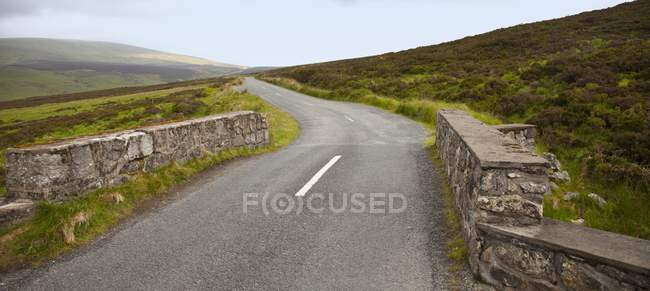 Felszaun entlang einer Straße in Sally Gap — Stockfoto