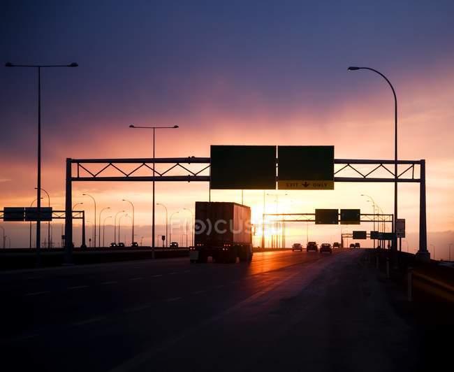 Estrada com carros e sinais — Fotografia de Stock