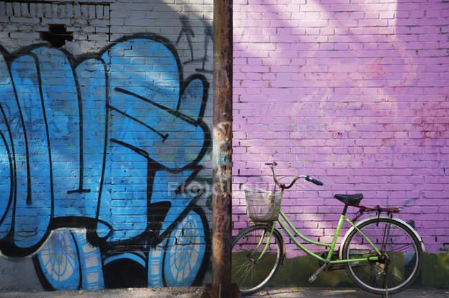 Bicyle By Art Mural In 798 Art Zone ; Pékin, Chine — Photo de stock