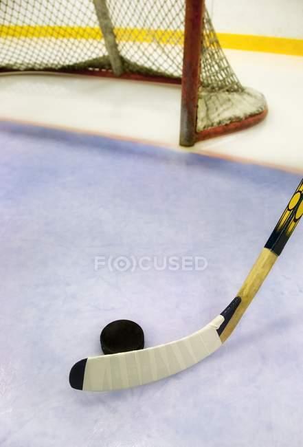 Nahaufnahme von Eishockey-Ausrüstung auf dem Eis — Stockfoto