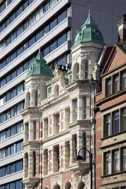 Kontrastierende moderne und Altbauten — Stockfoto