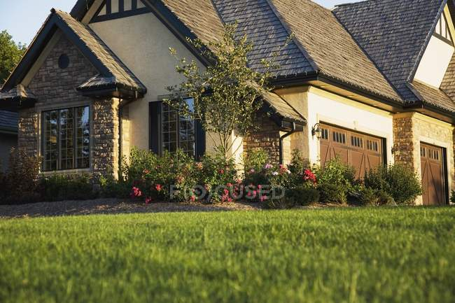 Estate Home And Lawn — Stock Photo