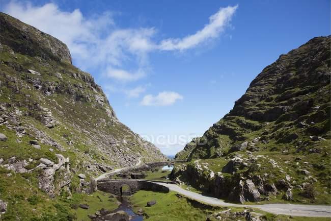 Небольшой мост в горный перевал — стоковое фото