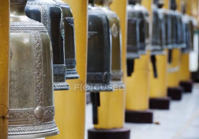 Campanas de la oración en el templo - foto de stock