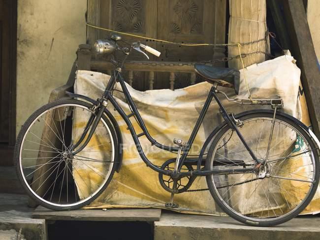 Bicicleta antigua vintage con asiento de cuero - foto de stock