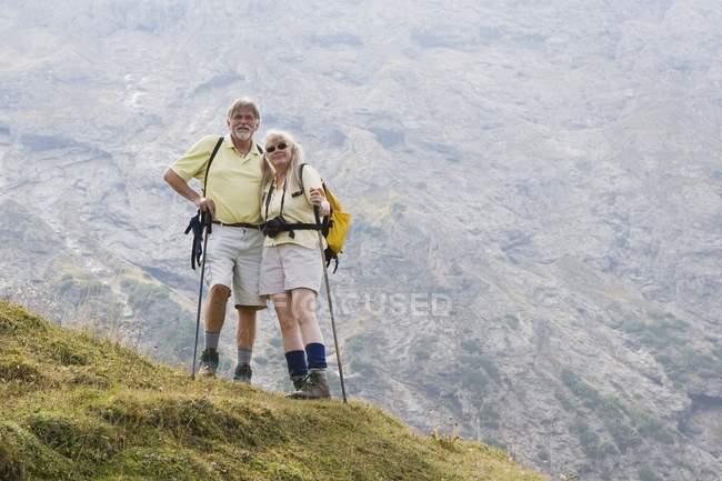 Туристи, що стоїть на вершині — стокове фото