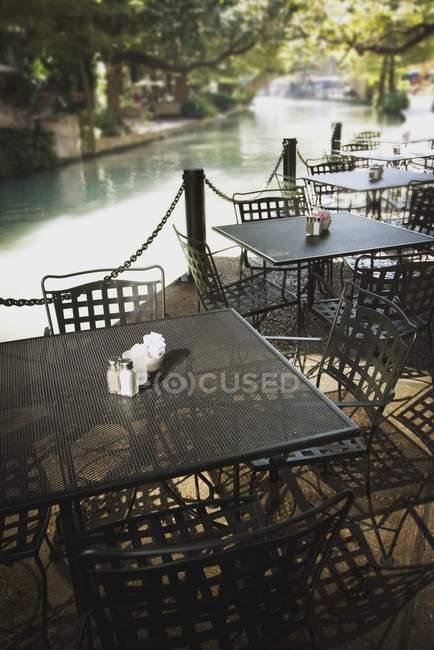 Cafe lungo il Riverwalk — Foto stock
