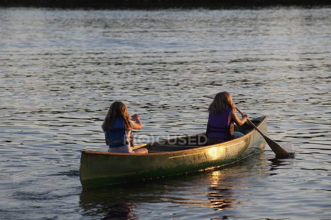 Двоє людей каное — стокове фото