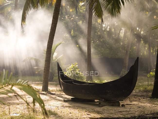 Lumière du soleil qui brille sur canoë — Photo de stock