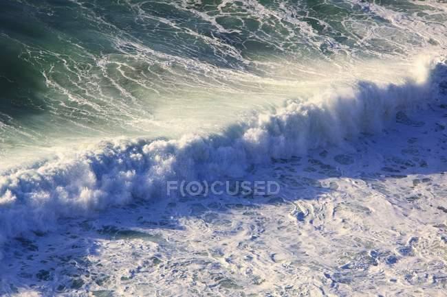 Ankommende Wellen entlang der Küste — Stockfoto