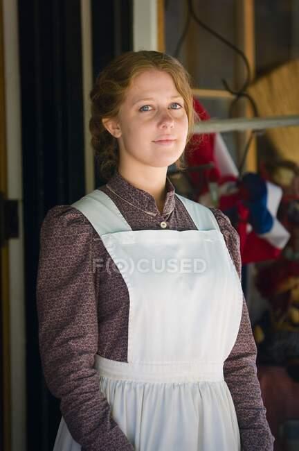 Retrato de la mujer con traje de pionero, Fort Edmonton, Alberta, Canadá - foto de stock