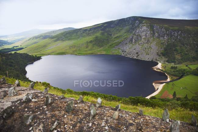 Rock-Zaun an der Straße am Lough Tay im County Wicklow, Ireland — Stockfoto
