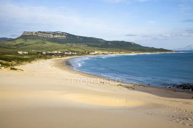 Areia praia ao longo da costa — Fotografia de Stock