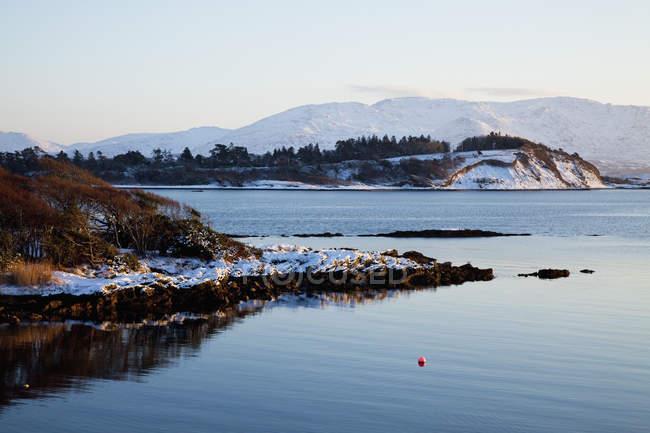 Rive enneigée en hiver — Photo de stock