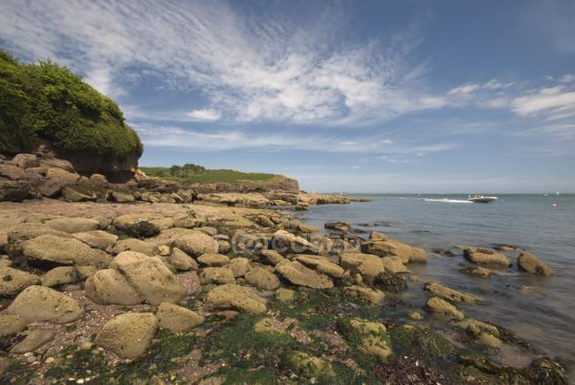 Rocky Seaside With Motorboat Traveling — Stock Photo