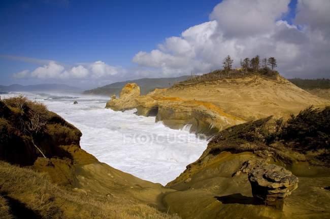 Хвилі і гуркотом скелястий берег — стокове фото