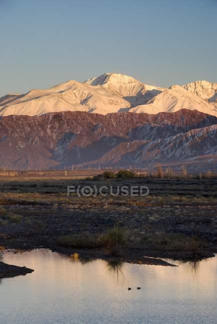 Lever du soleil sur les Andes près la ville de Mendoza — Photo de stock