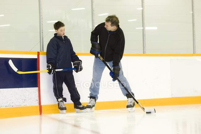 Allenatore di hockey e Little Boy Player durante l'allenamento — Foto stock