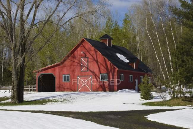 Celeiro vermelho no inverno; Iron Hill — Fotografia de Stock