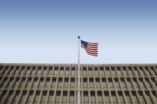 Американський прапор перед будівлі — стокове фото