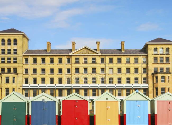 Бич-хаус против отеля — стоковое фото