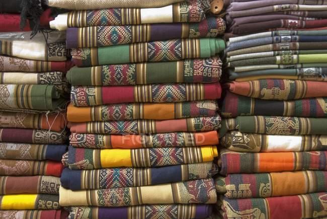 Traditionelle farbenfrohe Decken auf dem Markt in Purmamarca, Provinz Jujuy, Argentinien — Stockfoto