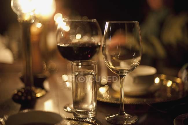 Крупним планом зору фужери з алкоголем на стіл — стокове фото