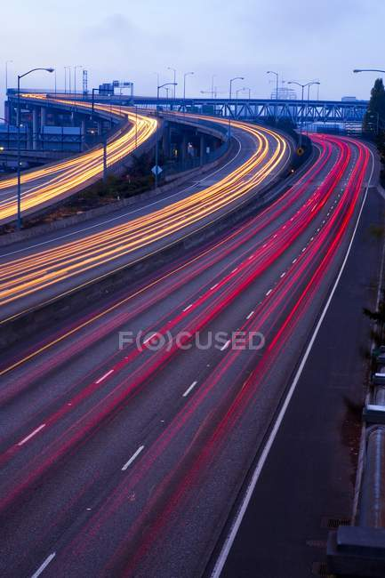 Trânsito turvo na estrada — Fotografia de Stock