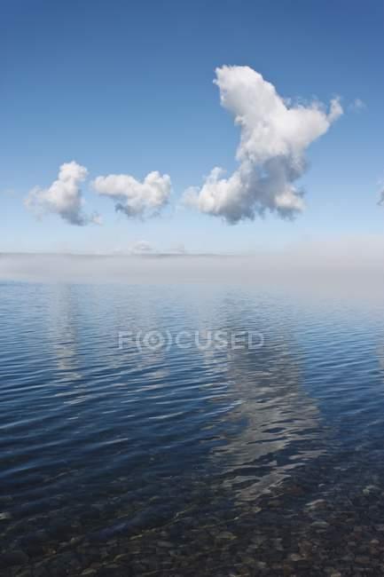 Туман очищення від поверхні озера — стокове фото