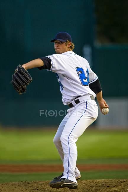 Joueur de Baseball masculin au jeu sur le terrain — Photo de stock