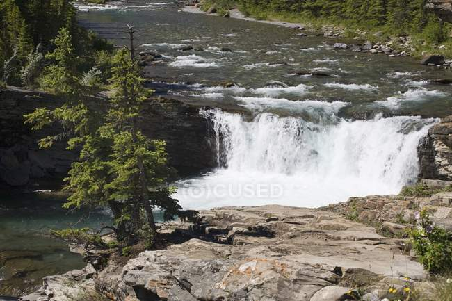Wasserfälle und ein Felsvorsprung — Stockfoto