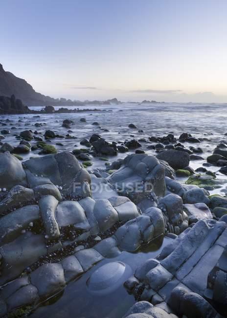 Baie de Duckpool au crépuscule — Photo de stock
