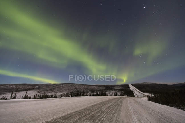 Северное сияние над шоссе Джеймса Далтона — стоковое фото
