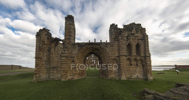 Priorado de Tynemouth na grama verde — Fotografia de Stock