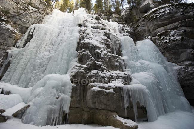 Frozen waterfall at maligne canyon — Stock Photo