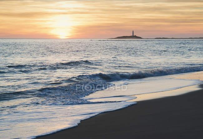 Vue sur la côte au coucher du soleil — Photo de stock