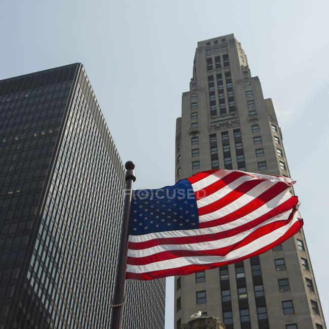 Una bandiera americana di volo — Foto stock