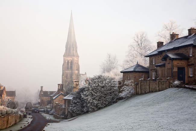 Високими шпилями церкви в туман — стокове фото
